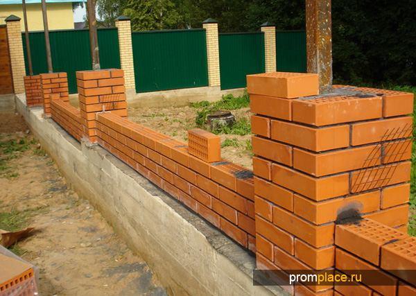 Забор с кирпичными стобами