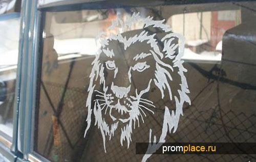 Гравировка в виде льва на стекле авто
