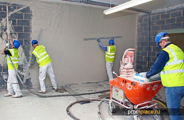 Процесс нанесения шпаклевки на стену