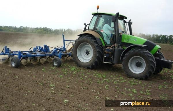 Гусеничный сельскохозяйственный трактор тягового класса 5, агрегатируется с навесными